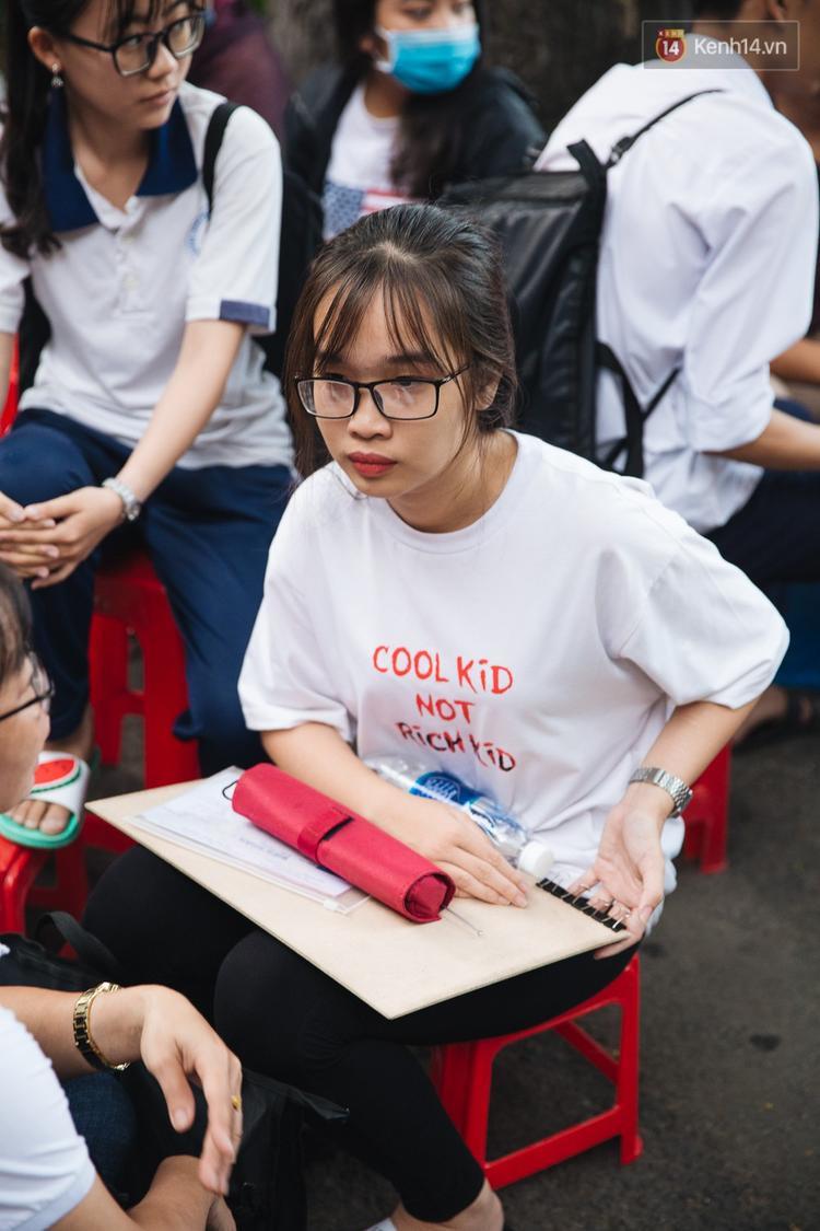 Chuyện lạ trước cổng trường thi vào ĐH Kiến trúc TP HCM: Sinh viên phải thuê ghế để ngồi thi, 40k/cặp, đặt cọc 60k