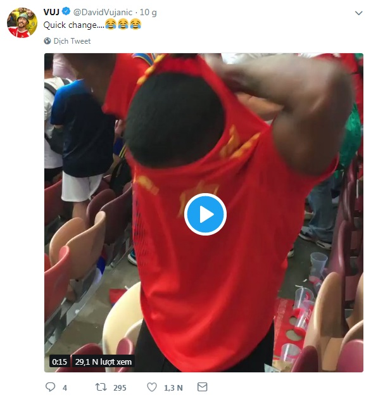 Màn lột áo siêu nhanh của một CĐV Tây Ban Nha ngay trên khán đài.