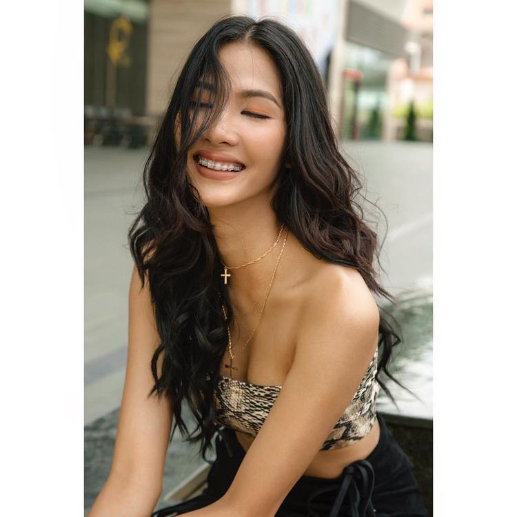 Dù niềng răng nhưng người đẹp vẫn giữ được sự tự tin và vẻ rạng rỡ của mình.