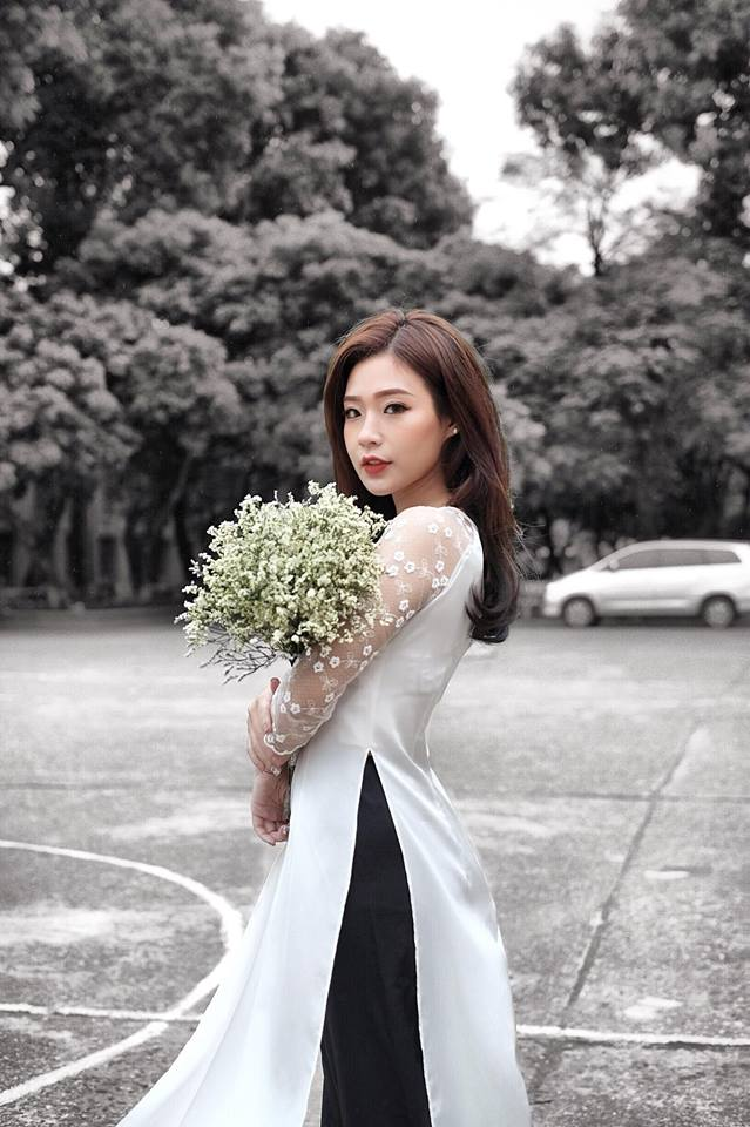 Hình ảnh nền nã nhưng không kém phần hiện đại của Thanh Huyền trong trang phục áo dài trắng