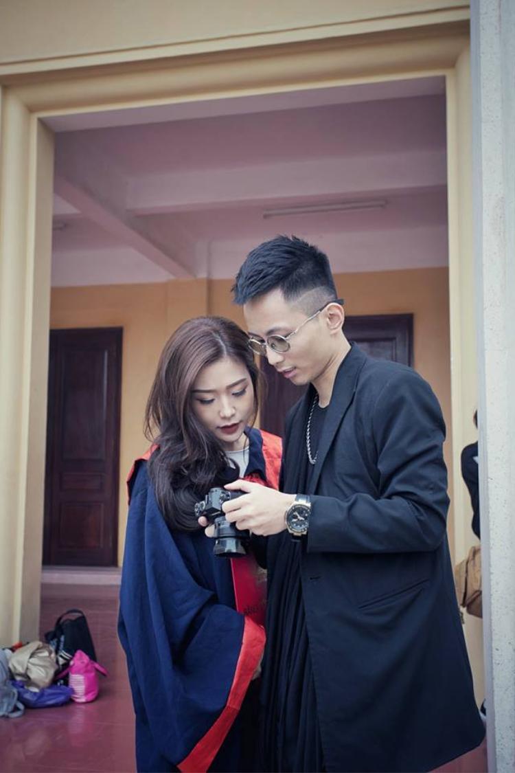 Nữ sinh ĐH Thương Mại là người yêu rapper Rhymastic và từng góp giọng trong một vài sản phẩm âm nhạc của anh.