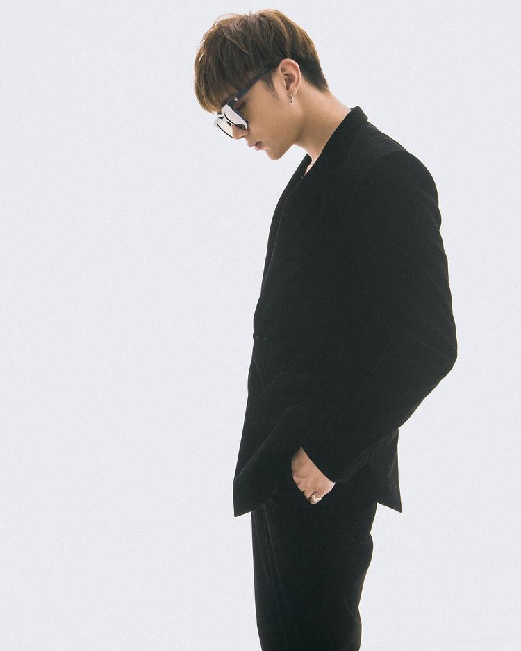 Toát lên vẻ lạnh lùng, quyến rũ với bộ vest đen lịch lãm.