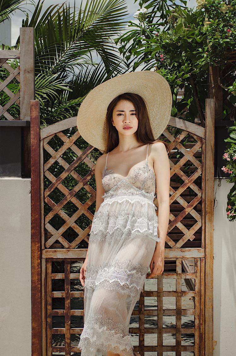 """Với nhiều người đẹp khác, việc diện trang phục mỏng xuống phố là một """"bài toán khó"""", bởi sẽ dễ để lộ nội y phản cảm."""