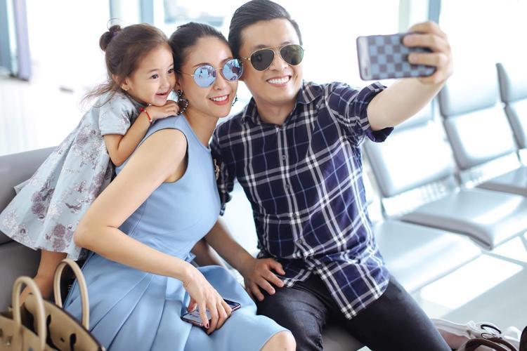 """Hai mẹ con Hà Kiều Anh tình cờ găp Lam Trường tại sân bay nên cùng nhau chụp ảnh kỷ niệm. Nàng Hoa hậu vui vẻ chia sẻ: """"Mẹ và chú selfie mà con gái cứ sà vào ôm mẹ để được chụp cùng. Bây giờ em còn thích chụp hình hơn cả mẹ nữa rồi""""."""