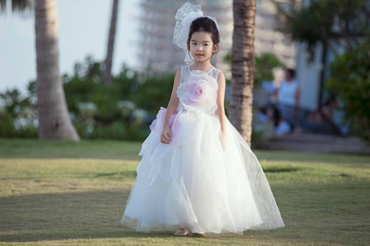 Bé Thỏ nhà siêu mẫu Xuân Lan ngày càng xinh xắn và ra dáng thiếu nữ trong show diễn của mẹ.