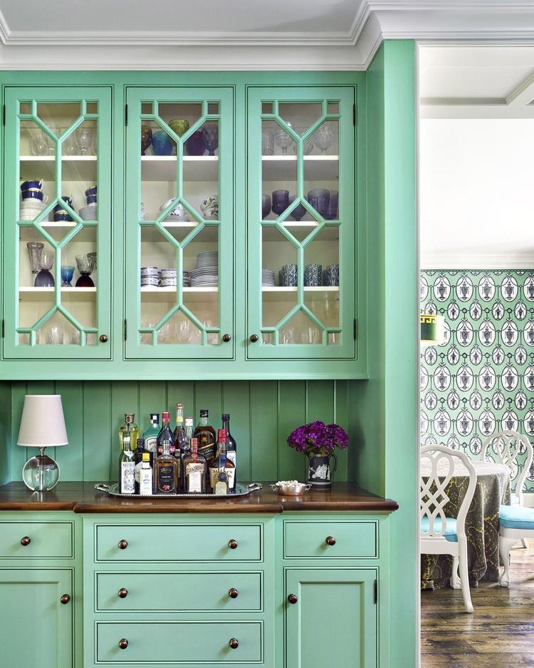 Màu xanh lá cây này thực sự tạo được điểm nhấn cho căn bếp khi bao phủ không gian từ tủ bếp, tủ đựng chén bát…