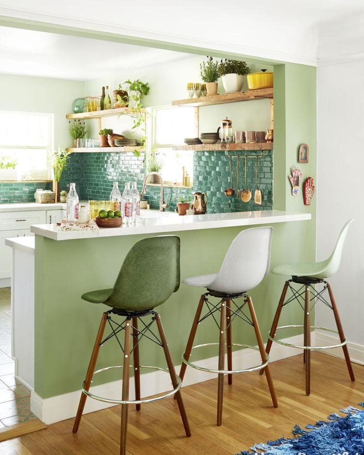 Có rất nhiều chậu cây xanh nhỏ được bố trí trong căn bếp. Màu xanh của tường kết hợp với ánh sáng tạo nên một không gian thoáng đáng, sáng sủa cho căn bếp.