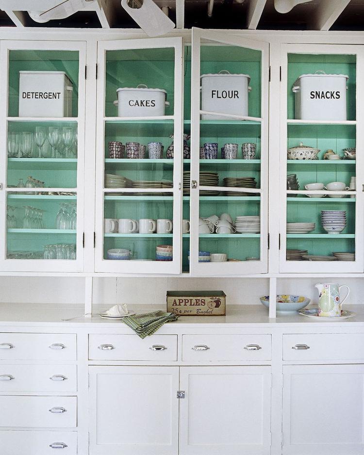 Màu xanh dương cùng màu trắng đem tới không gian thoáng mát, sáng sủa cho nhà bếp.