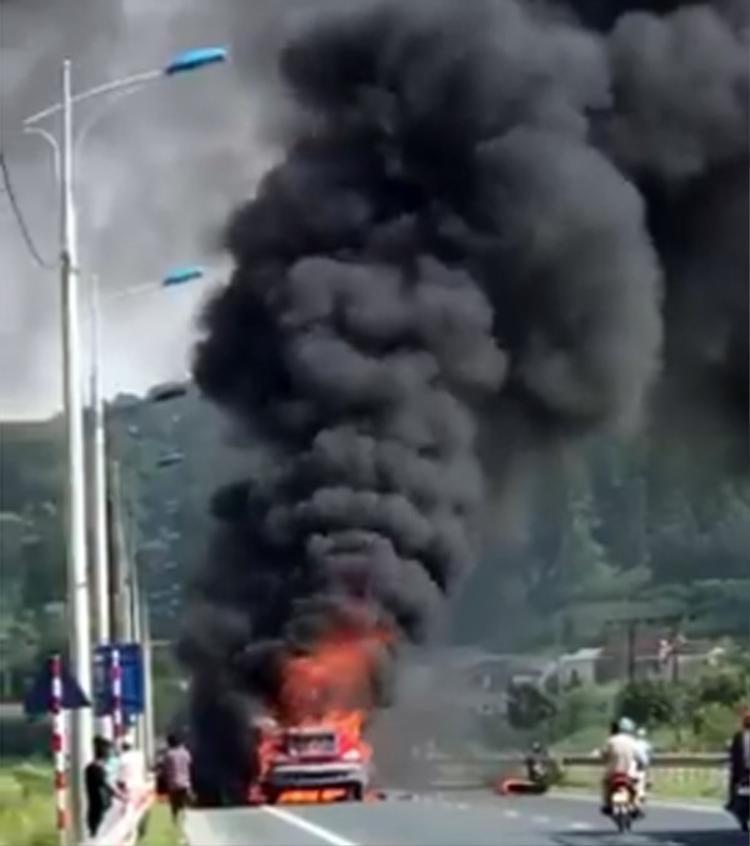 Cột khói bốc cao hàng chục mét khiến nhiều người hốt hoảng.