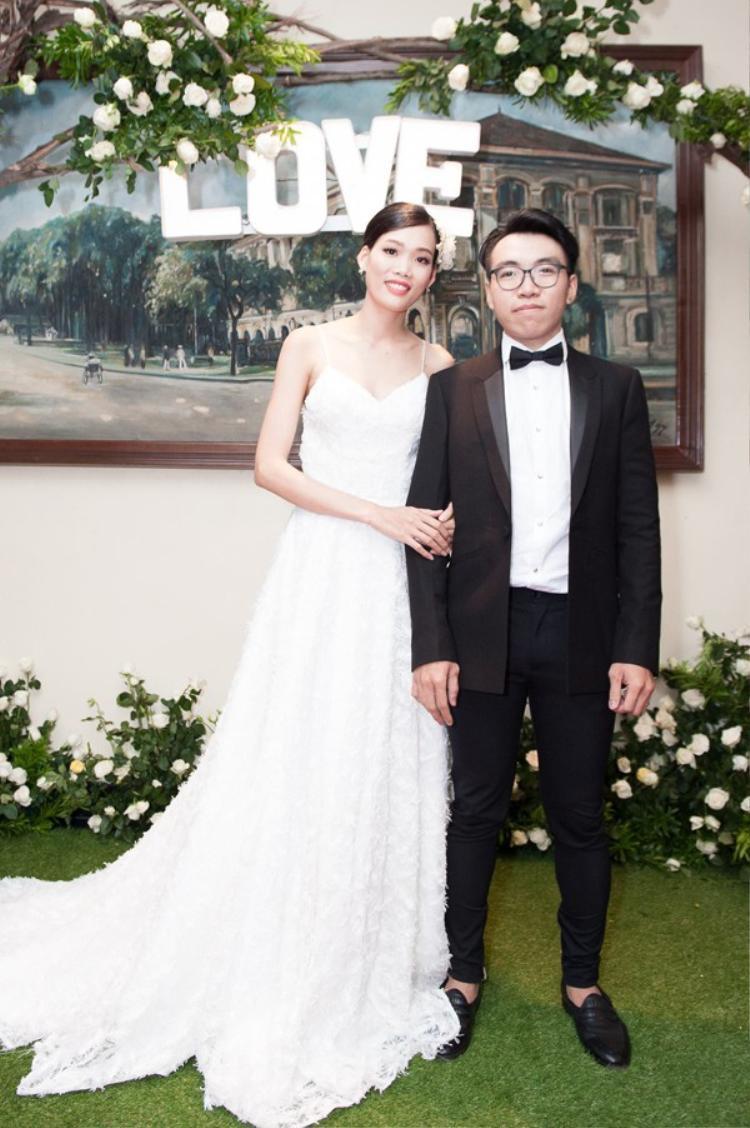 Hình ảnh cho con bú khi mặc váy cưới của người mẫu Nguyễn Hợp khiến nhiều người xúc động