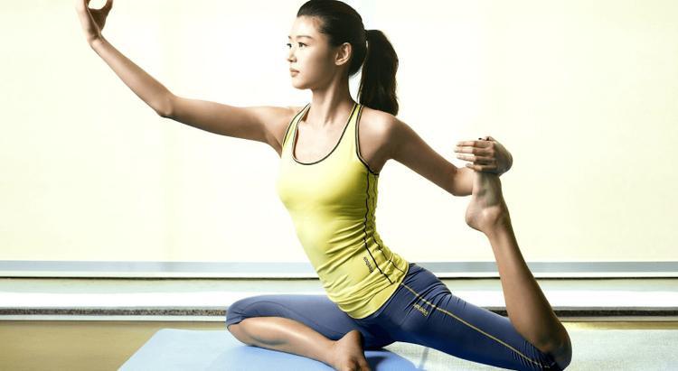 Cô đặc biệt dành thời gian cho Yoga.