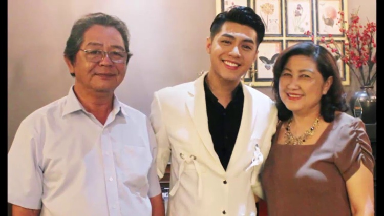 Noo Phước Thịnh và bố mẹ mình.