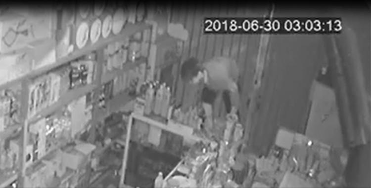 Nhóm thanh niên đột nhập vào tiệm tạp hoá. Ảnh cắt từ clip.