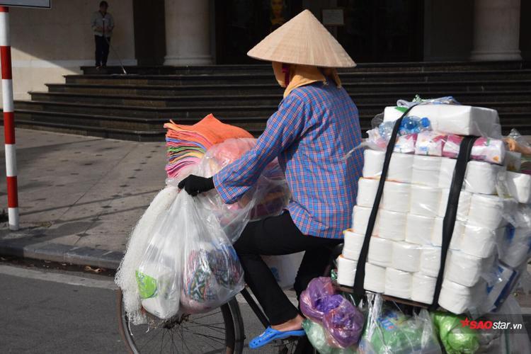 Thời tiết nóng như chảo lửa, nhưng người dân đặc biệt là người lao động nghèo phải làm việc ngoài trời cũng phải tìm cho mình cách nào đó để chống chọi.