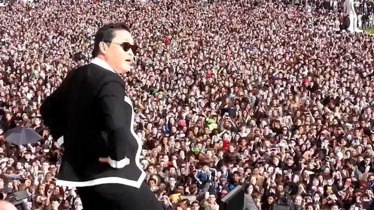 Buổi diễn đó, PSY đã lôi kéo hơn 20 000 người tham gia.