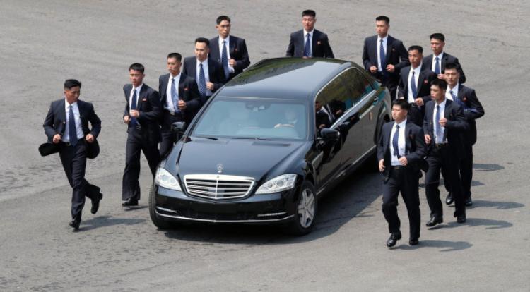 Trước đó, ông Kim Jong-un gắn liền với hình ảnh chiếc Mercedes chống đạn màu đen cùng dàn vệ sĩ chạy bộ xung quanh.