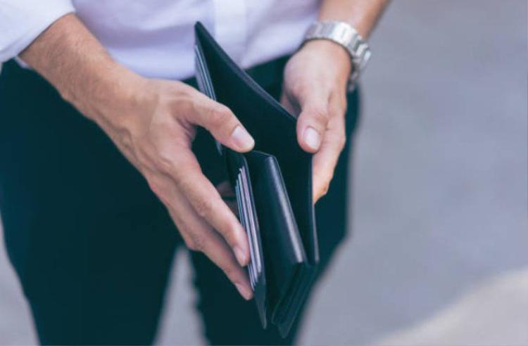 Một số ý kiến khác có phần đồng tình với cô gái và cho rằng việc mang ít tiền trong dịp quan trọng như vậy là lỗi của chàng trai - (Ảnh minh họa).