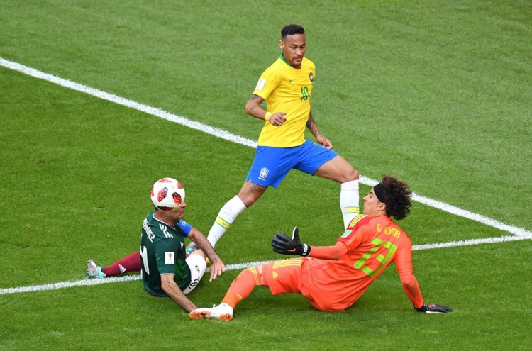Neymar bỏ lỡ cơ hội nhân đôi cách biệt. Ảnh: FIFA