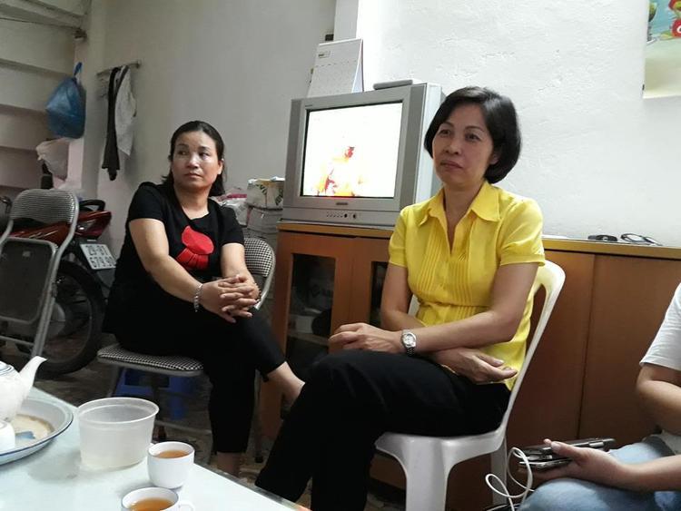 Chị Vân (áo vàng) rưng rưng khi kể về sự kiên cường chống chọi bệnh tật của con gái.