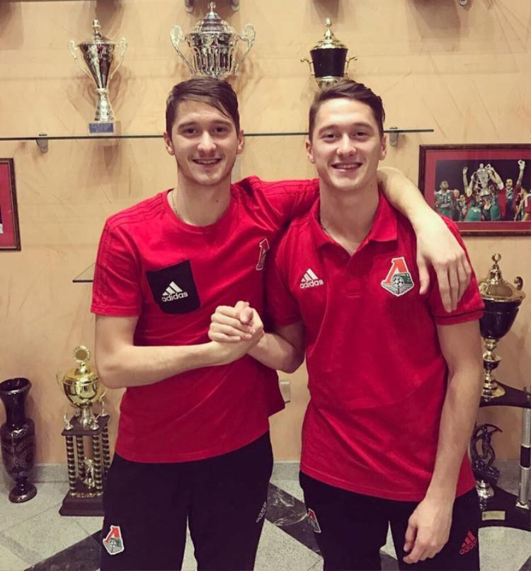 Cặp đôi cầu thủ là anh em song sinh.