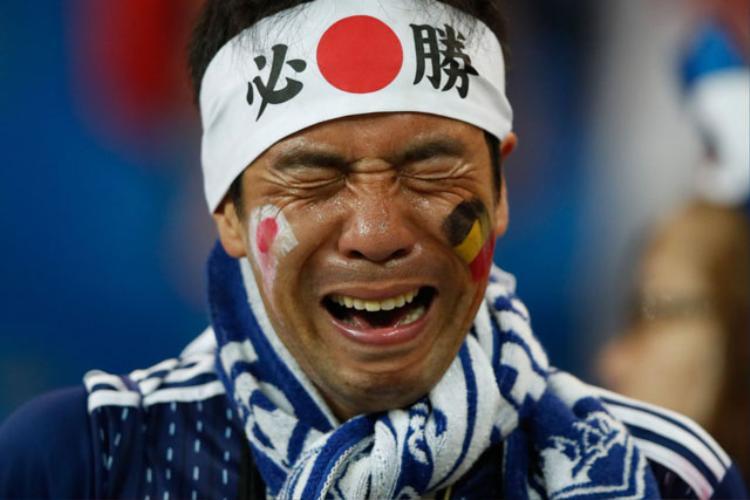 Nam CĐV người Nhật khóc nức nở trên khán đài. Ảnh: Getty.