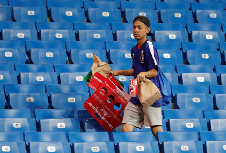 Tuy thất bại nhưng các CĐV người Nhật vẫn khiến cả thế giới phải thán phục khi nán lại khán đài sân Rostov Arena để nhặt rác. Ảnh: Getty.