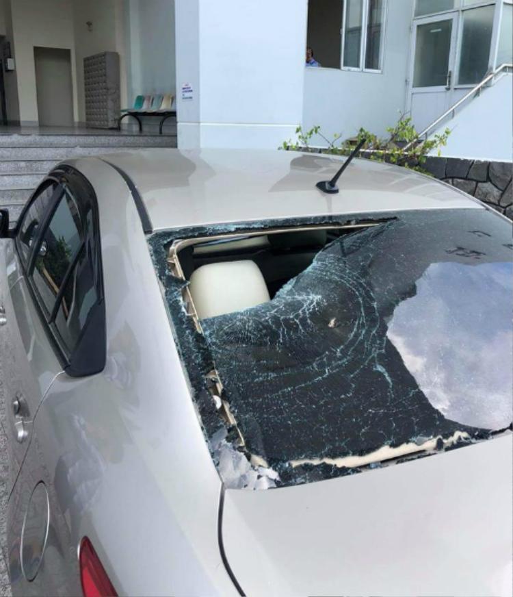 Kính ô tô bị người đàn ông chạy xe máy mặc áo Grab Bike đập vỡ. Ảnh Hiếu Đặng.