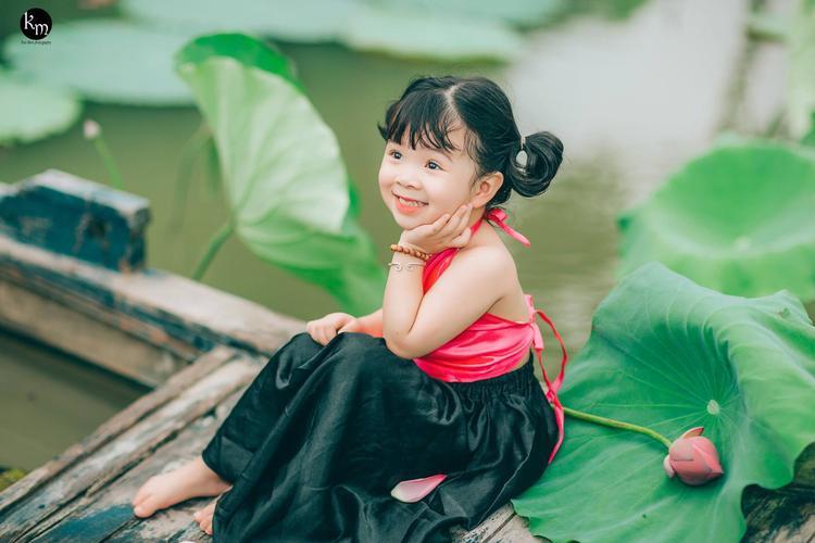 Mới đây, bộ ảnh của bé gái Nguyễn Phương Nhi (4 tuổi, tên thường gọi là Mì Tôm, ở Bắc Giang) đã khiến dân mạng đặc biệt là hội chị em bỉm sữa phát cuồng.
