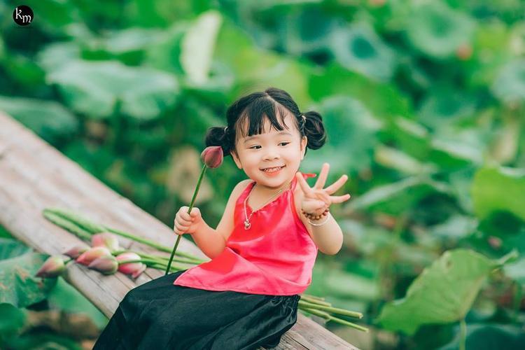 Mẹ của bé gái, chị Nguyễn Phương Thúy chia sẻ, đây là bộ ảnh chị dành tặng con khi bé lên 4 tuổi. Các sinh nhật trước của con, bé Mì Tôm đều được mẹ hoặc người thân dắt đi chụp ảnh.