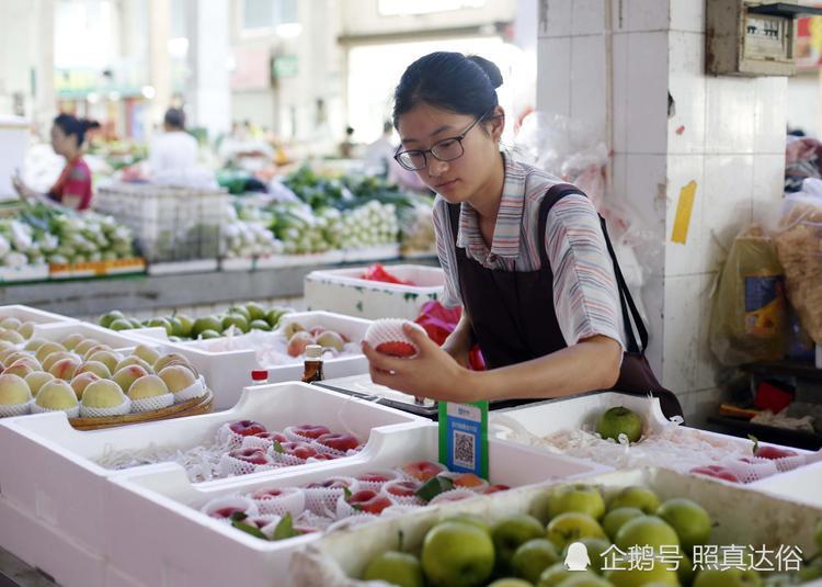 Cô bạn được rất nhiều người dân ở chợ yêu mến vì sự nhiệt tình, đáng yêu, tốt bụng
