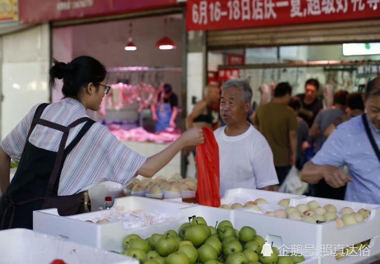 Khi không có khách hàng, Thu Dương sẽ lên WeChat trò chuyện với bạn bè.