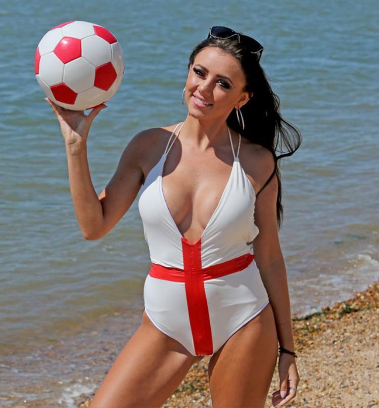 Nữ ca sĩ 9X 'tiếp sức' cho đội tuyển Anh bằng bộ ảnh 'nóng'