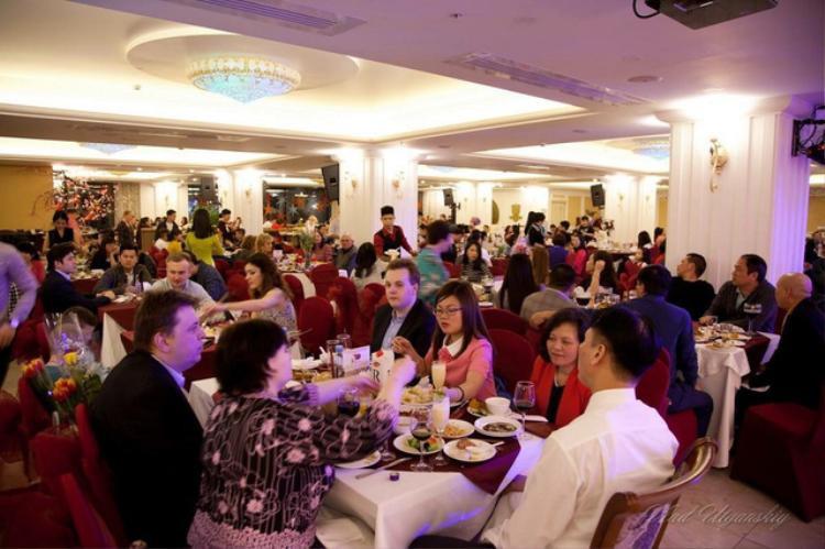 Do khách nước ngoài đổ về nước Nga đợt này nhiều nên nhu cầu ăn uống cũng tăng. Sinh viên thường đi làm thêm bán thời gian hoặc toàn thời gian tại các nhà hàng món ăn Việt Nam. Một ngày kiếm được 400.000 -600.000 đồng. (Ảnh: Huyền Vũ)