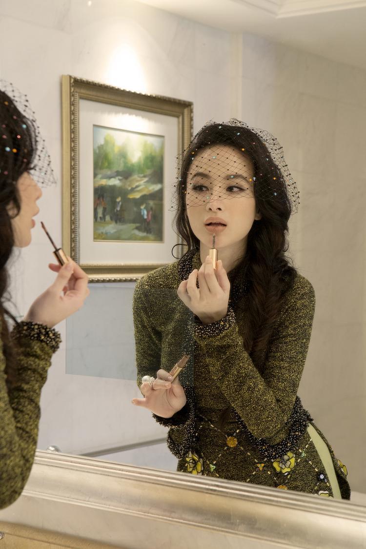 Được biết, NTK Công Trí là người trực tiếp chọn trang phục và tạo phong cách cho Angela Phương Trinh trong buổi chụp.