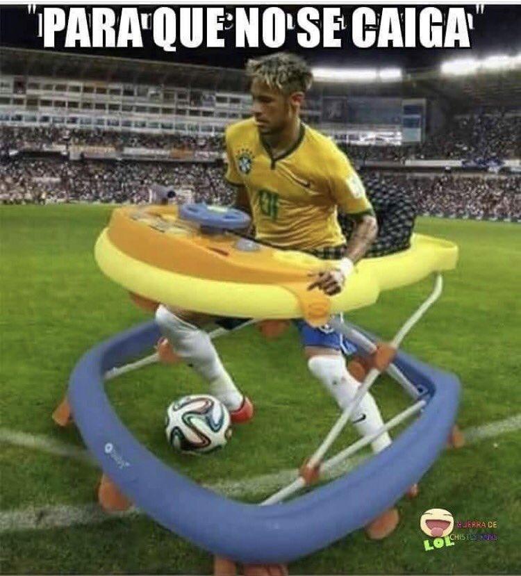 """Một cư dân mạng chế ảnh Neymar chơi bóng đá với một chiếc xe tròn tập đi cho bé. """"Chắc Neymar nên đi chiếc xe này khi đá bóng để khỏi bị té ngã"""", một người bình luận."""