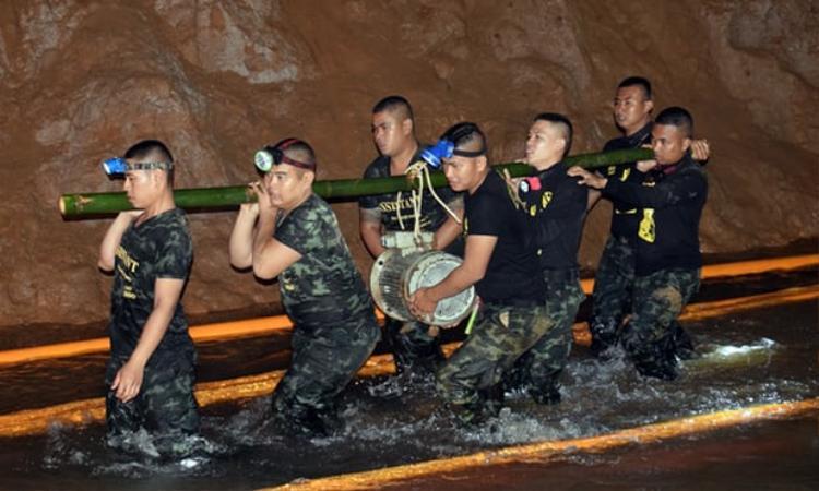 Binh sĩ Thái Lan di chuyển các thiết bị vào bên trong hang động ngập nước. Ảnh: Quân đội Hoàng gia Thái Lan/EPA
