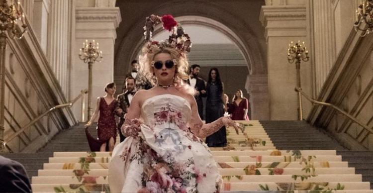 Nhà thiết kế Rose Weil (Helena Bonham Carter) kiêu sa trong thiết kế mang đậm phong cách thập niên 50 của Dolce& Gabbana. Đặc biệt, những bông hồng trên váy đều được vẽ tay hoàn toàn để trông nổi bật hẳn lên.
