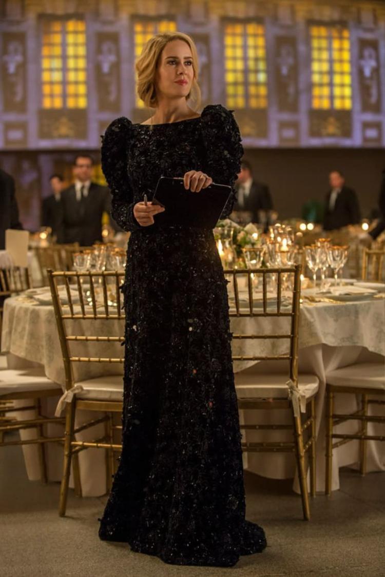 Nhân vật Tammy của Sarah Paulson thì diện bộ váy nhung màu xanh của hiệu Prada.