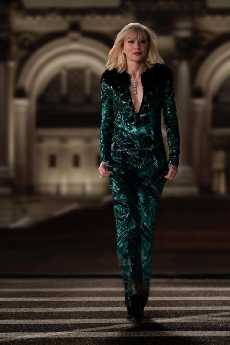 Hãng Givenchy đã mang tới bộ cánh đặc biệt khác cho Cate Blanchett. Đó là một bộ jumpsuit sang trọng đính đá lục bảo mang phong cách rất rock n' roll…theo kiểu David Bowie. Tổng số món đồ Cate Blanchett diện trong phim là 40.