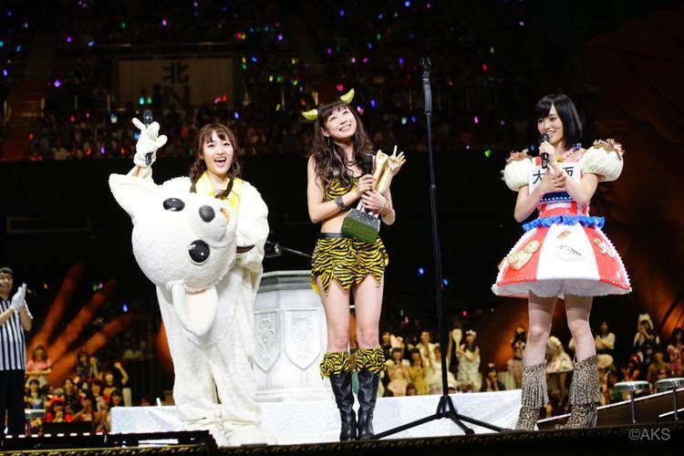 Ở AKB48, Janken Taikai là một đại hội được tổ chức thường niên, tại đây các thành viên trong nhóm sẽ thi đấu với nhau bằng trò oẳn tù tì, người chiến thắng sẽ được làm Center single mới hoặc được phát hành bài hát solo…