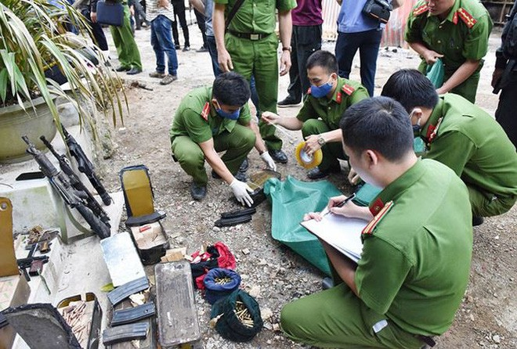 Lực lượng Công an thống kê tang vật, vũ khí tại hiện trường (Ảnh: CAND)