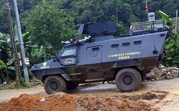 Hằng trăm cảnh sát dùng xe bọc thép tấn công vào đại bản doanh của Nguyễn Thanh Tuân. Ảnh: VOV