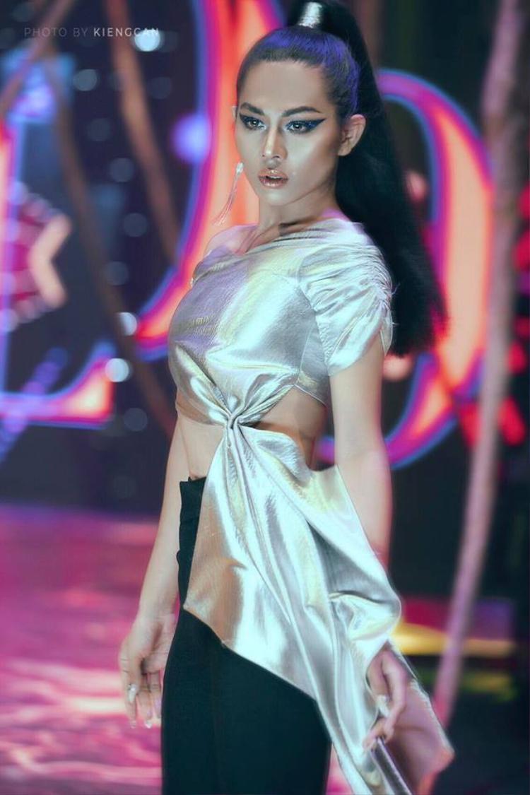 Hiện nay, chân dài đang học lớp 12, việc học cực kỳ vất vả nhưng Anh Kiệt vẫn dành thời gian tập catwalk, học thêm make-up và nhận trang điểm để kiếm thêm thu nhập.