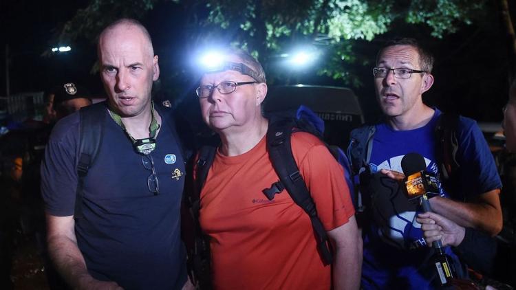 Richard William Stanton (ngoài cùng bên trái), Robert Charles Harper (giữa) và John Volanthen (bên phải) tới hiện trường.