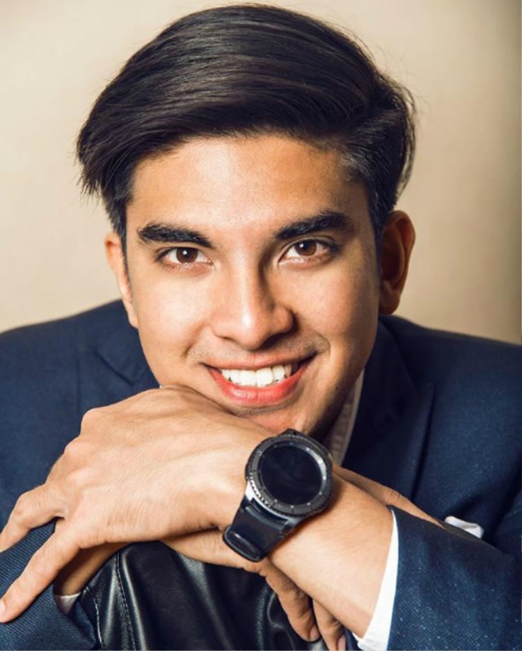 Chàng trai trẻ với vẻ ngoài như hotboy nổi tiếng sau khi 3 lần đoạt giải diễn giả xuất sắc nhất châu Á tại giải vô địch hùng biện do Nghị viện Anh tổ chức.Ảnh: Twitter