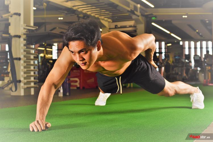 Làm một vài động tác khởi động thôi nhưng đã thể hiện cơ bắp đầy sức mạnh.