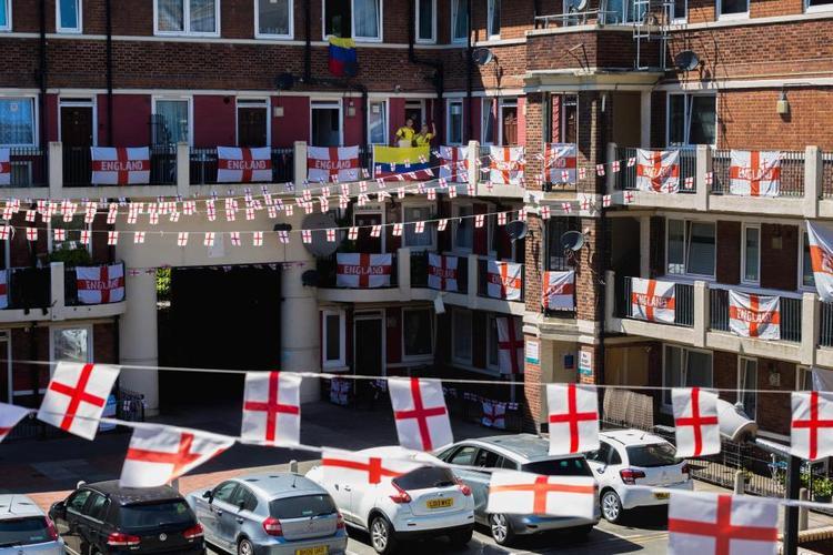 """Một lá cờ Colombia được treo ở khuKirby Estate giữa """"bạt ngàn"""" cờ Anh. Ảnh: The Sun"""