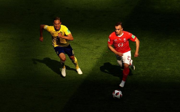 Shaqiri cùng đồng đội bất lực trước hàng phòng ngự ĐT Thụy Điển. Ảnh: Fifa.com.