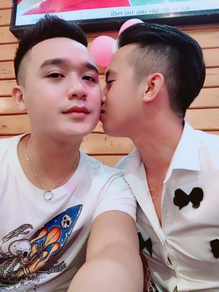 Chuyện tình yêu dài 6 năm của cặp đôi đồng tính điển trai 8X