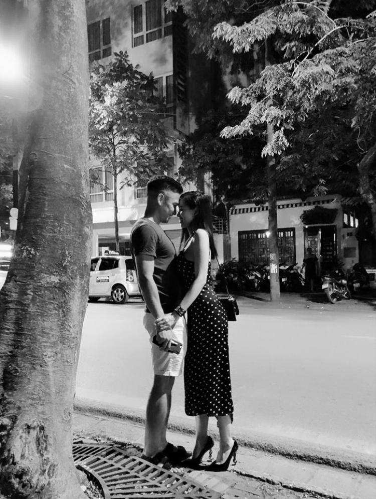 Khoe khéo khoảnh khắc tình cảm của hai vợ chồng
